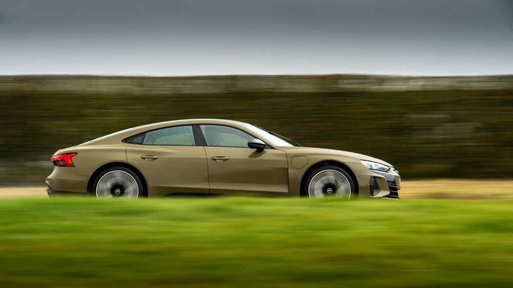 Audi e-tron GT oldalról, menet közben