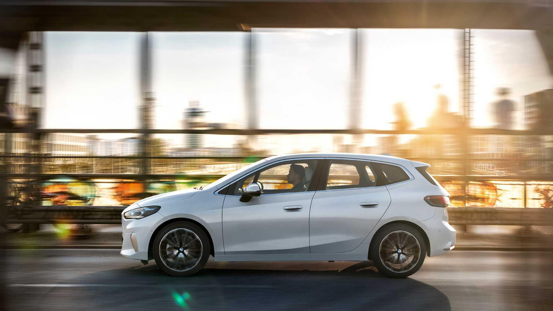 2-es szériás BMW Active Tourer oldalról, menet közben