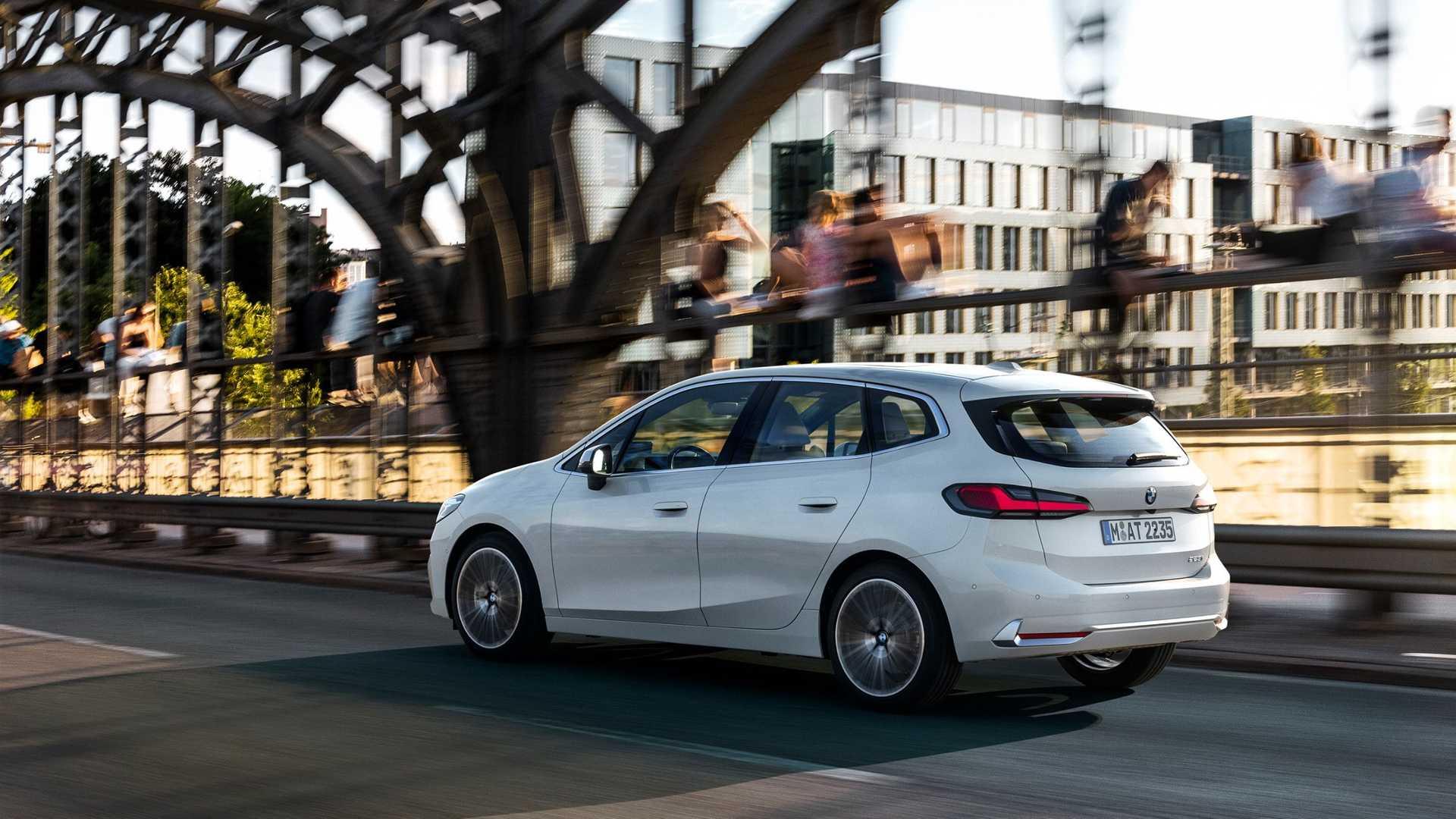 2-es szériás BMW Active Tourer hátulról, menet közben
